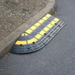 Rampe d'accès pour trottoir avec passe cables