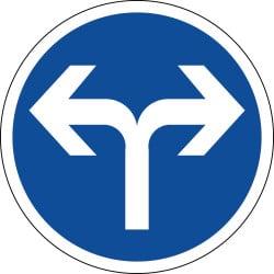 Panneau directions obligatoires à la prochaine intersection à droite ou à gauche - B21e